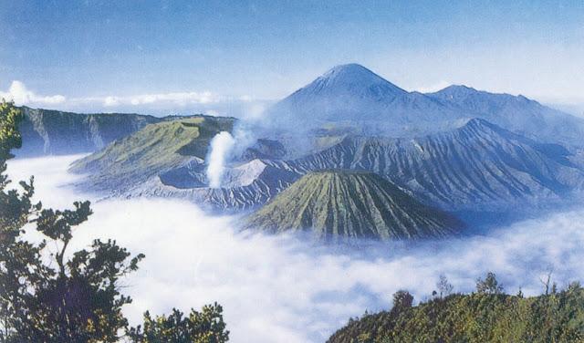 Panorama di Puncak Gunung Bromo, Jawa Timur