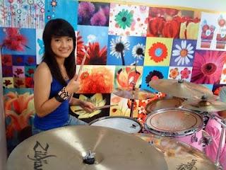 Biodata profil drummer wanita Setia Band. Biodata Jeane Phialsa. Profil lengkap Alsa Setia.
