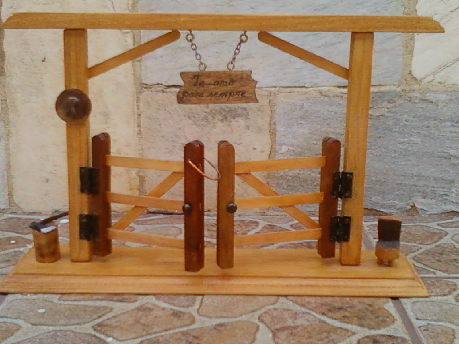 Porteira de madeira abre e fecha com banco e machado. #723A16 1600x1200