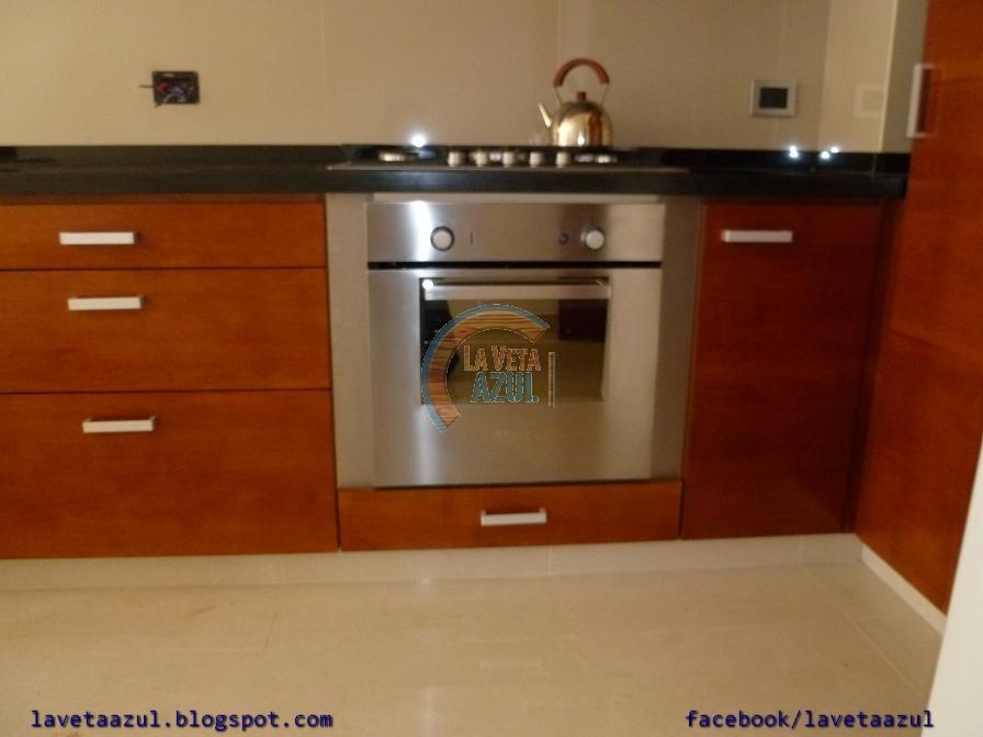 La veta azul mueble cocina con frentes en lenga lustrado for Mueble cocina 70