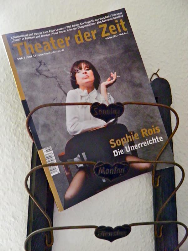 """Alter Zeitungssammler mit Theater heute-Ausgabe, Covegirl ist Sophie Rois, darin abegedruckt: """"Die Unvermeidlichen"""" von K. Röggla"""