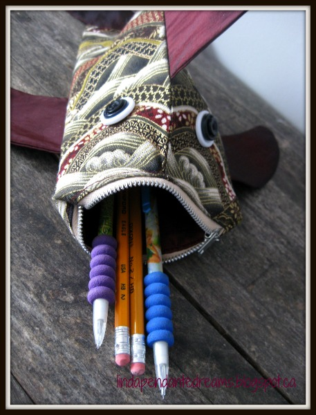 Lindapendante dreams zip lipped fish pouch with tutorial for Fish pencil case