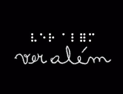 Descrição da imagem: fundo preto. em branco escrito em braile na primeira linha e cursivo na segunda linha o título do documentário produzido pela TVBR: Ver além. Fim da Descrição.
