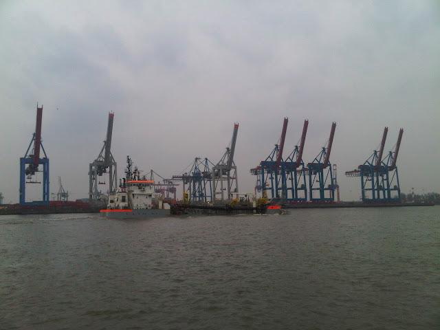 Verladekräne und Versorgungsschif im Containerhafen - Hamburg
