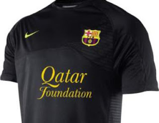 http://1.bp.blogspot.com/-df--hHsY_90/TdI31ADE_MI/AAAAAAAAC84/UYIVk__OFUU/s400/camiseta-negra-barcelona.jpg