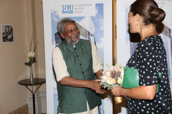 the king with the Stockholm Water Prize winner Rajendra Singh and the seminar participants Dominic Waughray and Malin Falkenmark