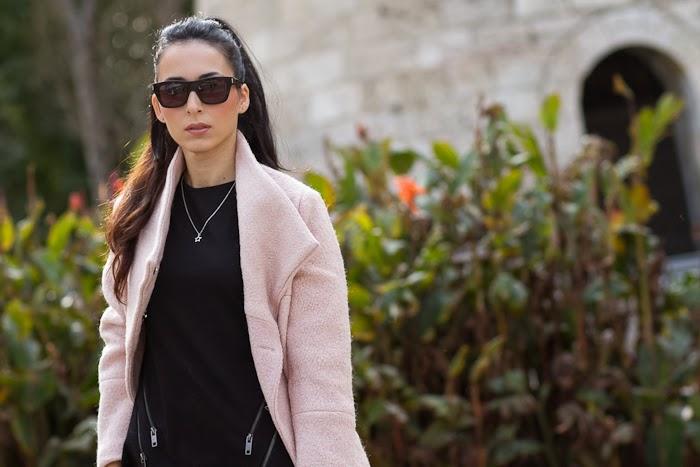 Bloguera valenciana con abrigo de color rosa y lbd