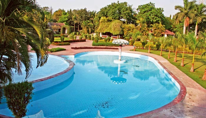 Country Club Vacation, Country Club Surat