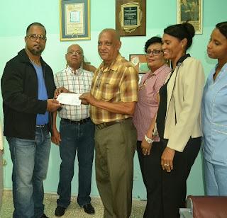 Mondesí entrega cheque de 200 mil pesos a  Rehabilitación de los dineros recaudados en el juego Escogido y Licey