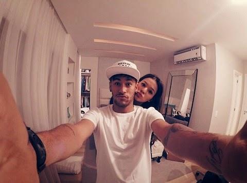Bruna Marquezine tira selfie ao lado de Neymar