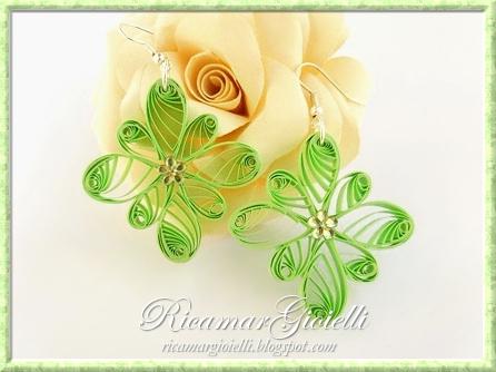 Orecchini quilling gocce disposte a fiore