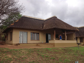 Op deze foto staat ons nieuwe riante onderkomen in Skukuza met voortuin waar we drie dagen verblijven samen met Suus en Herman