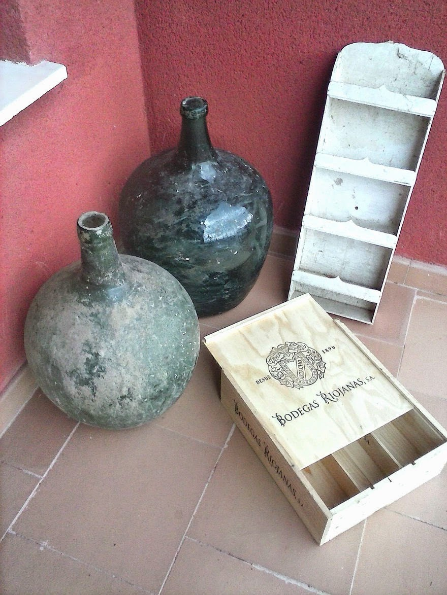 Damajuanas, caja de fruta/especiero y caja de vino de madera