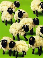 Фигурки овчици от карфиол и маслини