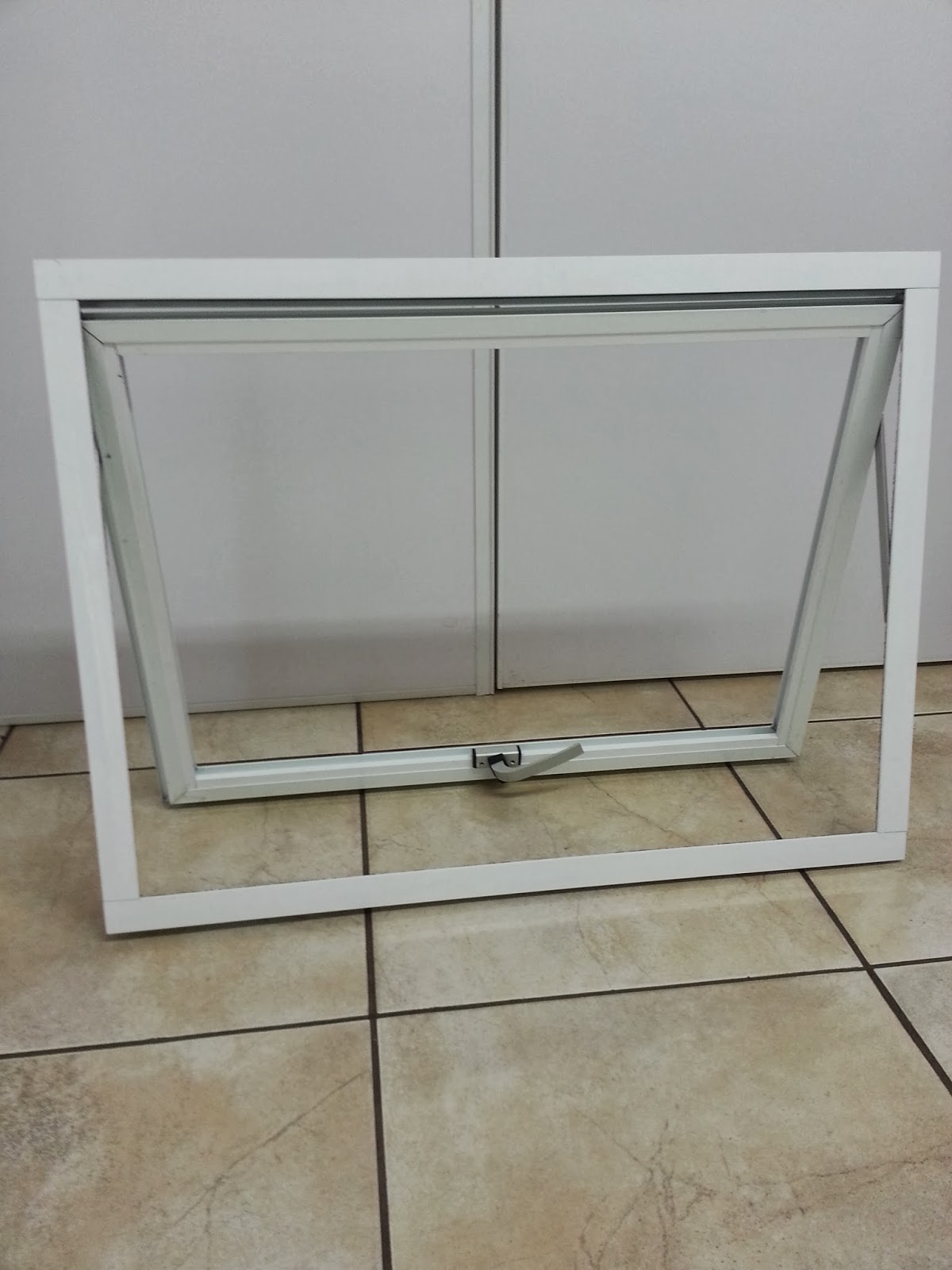 #6B624E vista de dentro janela de correr com persiana vista de fora 974 Porta E Janela De Aluminio Branca