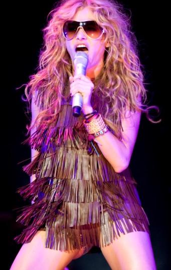 Paulina Rubio cantando en concierto