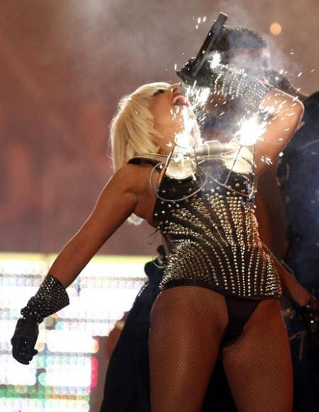 Los vestidos extravagantes de Lady Gaga 00