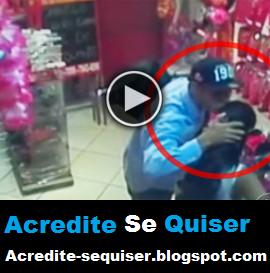 Bandido Carinhoso Fica Com Pena e Devolve o Celular da Vítima. Ele Ainda Beija e Abraça