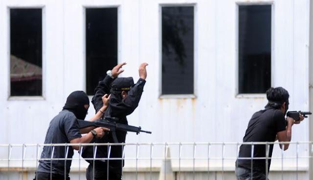 Tim Anti Teror dari BNPT saat mengamankan pelaku teroris dalam simulasi anti teror CBRN Angkatan I yang dilakukan di BATAN, Puspiptek, Tangerang, Selasa (23/4/2013). Foto: VIVAnews/Ikhwan Yanuar