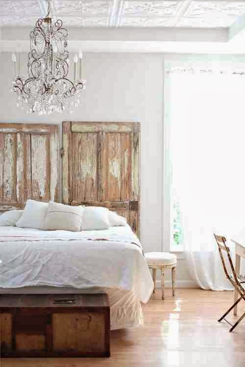Zagłówek ze starych drzwi w eklektycznej sypialni