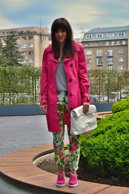 Offer versus demand_Katharine-fashion is beautiful_Ružový trenčkot_Kvetované džínsy_Ružové semišové topánky_Katarína Jakubčová_Fashion blogger