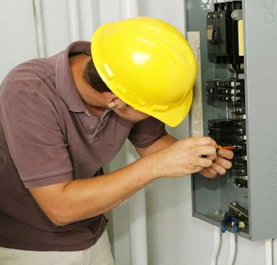 Instalaciones eléctricas residenciales - electricista instalando un tablero