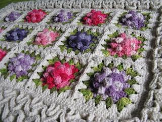 tapete labirinto croche com flores