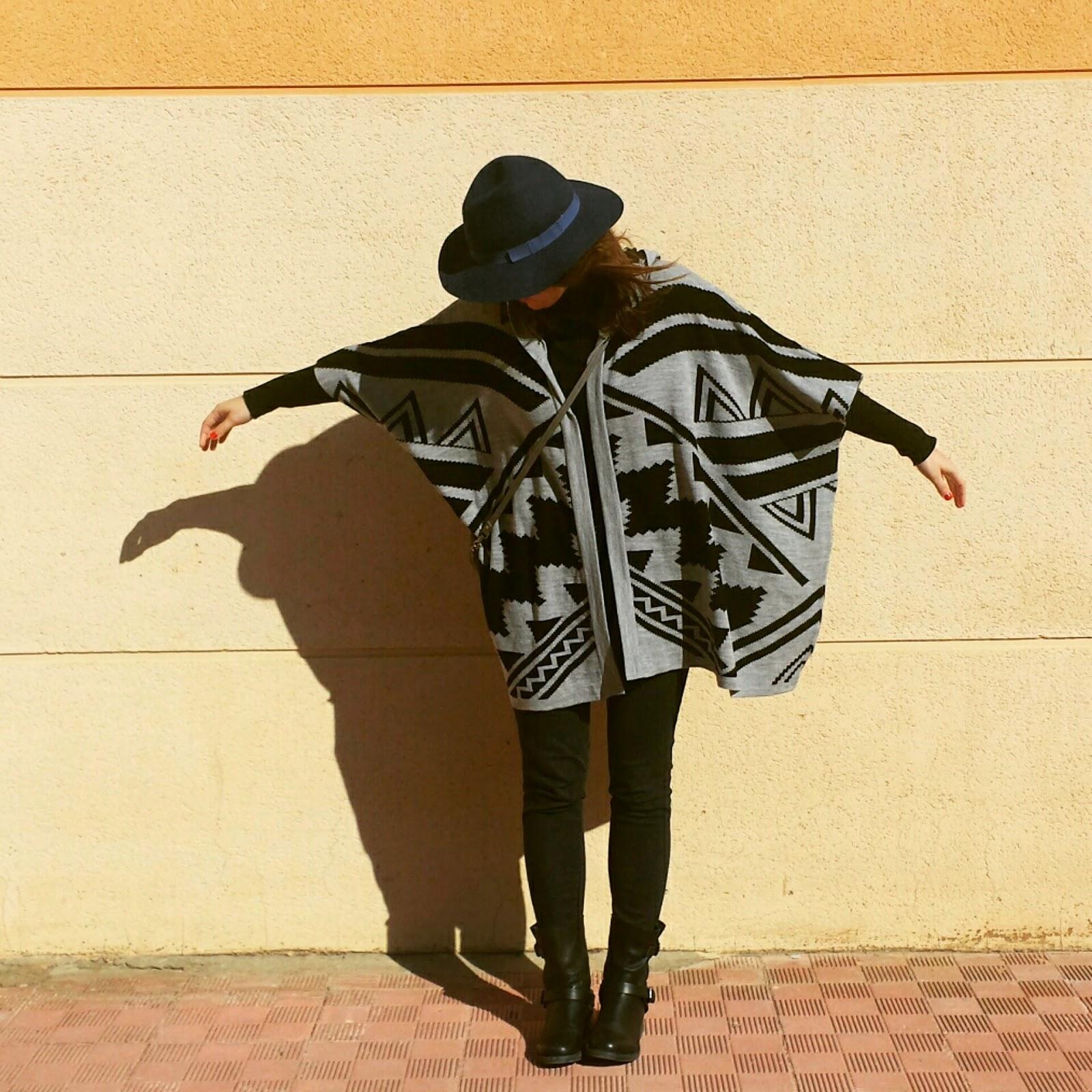 Must de esta temporada son los ponchos, en este outfit es la prenda principal un poncho étnico de Primark con sombrero fedora de stradivarius