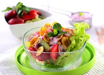 gambar resep salad buah pelangi tabur kacang dan kismis sehat dan berkhasiat