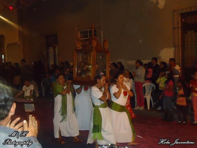 Peregrinas Guadalupanas Cargando la Corona de la Virgen