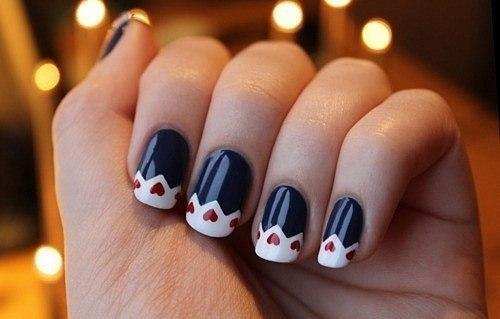 Diseños para uñas cortas en blanco y negro con corazones