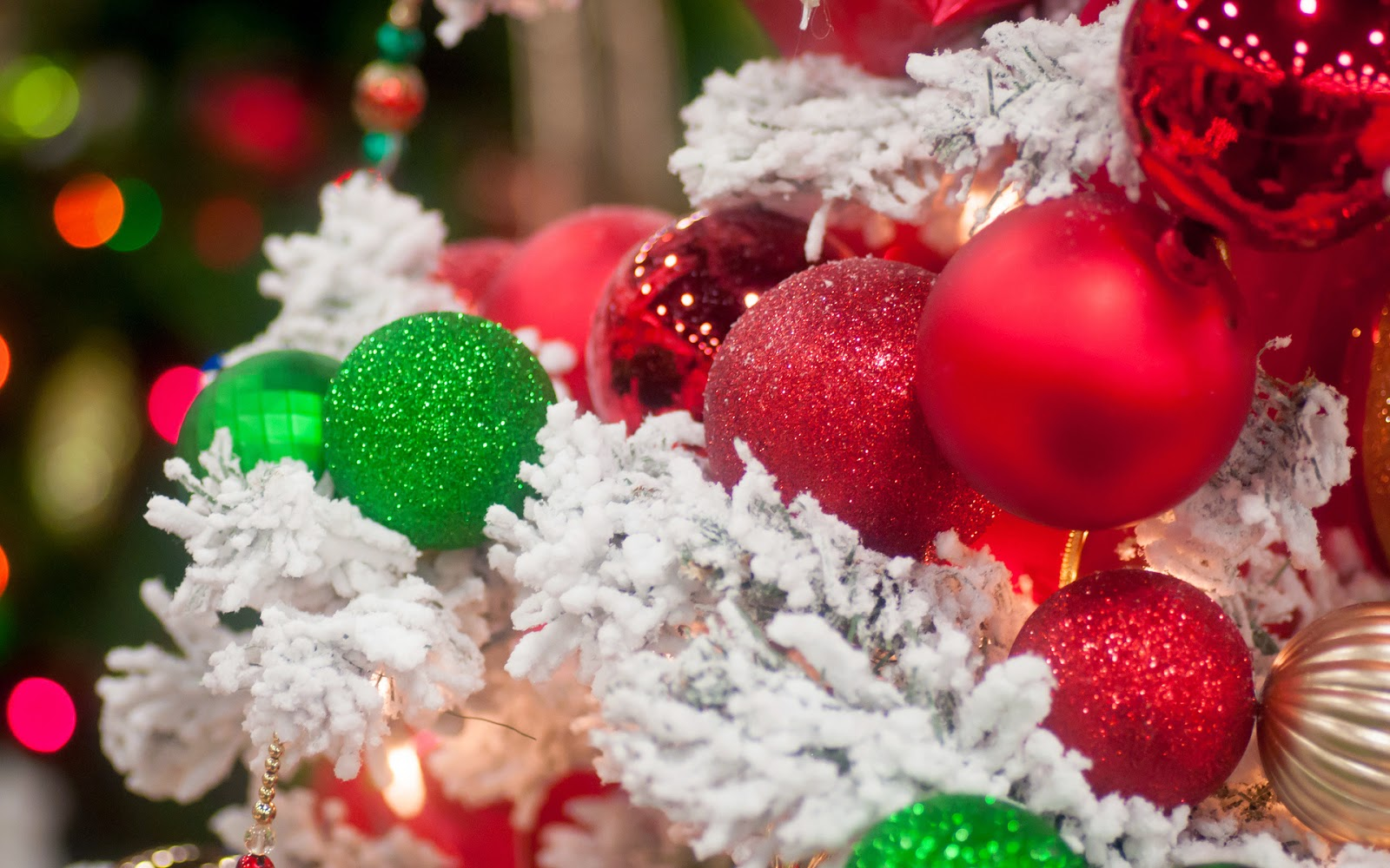 Red-and-green-Christmas-baubles-balls-decoration-in-xmas-tree-ideas-photos-images.jpg