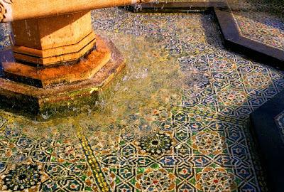 Agua, transparencia y azulejos en una fuente de Marruecos.