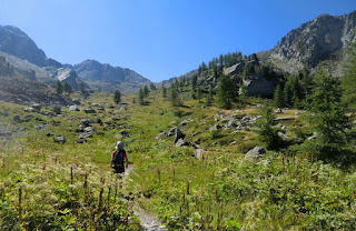 The trail midway between Pont du Countet and Pas de l'Arpette