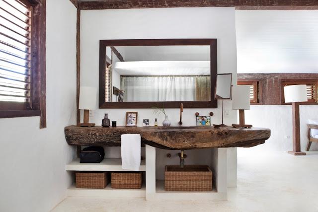 mueble de baño hecho con troncos