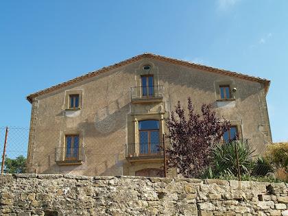 La façana principal del mas Barnils