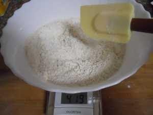 Mezclar harinas, impulsor, gaseosa y sal.