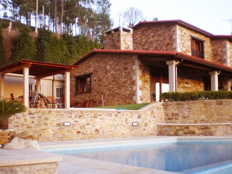 Construcciones r sticas gallegas casa con piscina for Jardines de casas rusticas