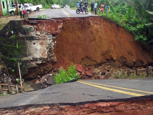 Ponte caiu em Ituberá por causa da chuva (Foto: Assessoria de Comunicação / Prefeitura de Ituberá)