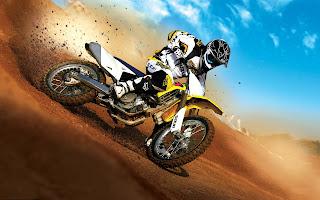 Foto met een crossmotor door de woestijn