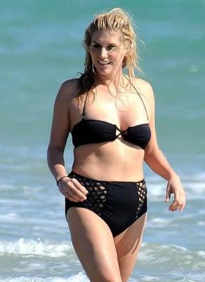 kesha en un bikini negro de su abuelita