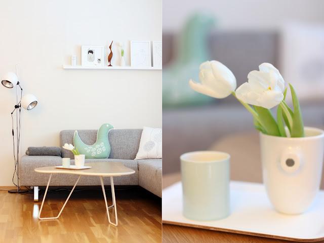 Białe tulipany w salonie