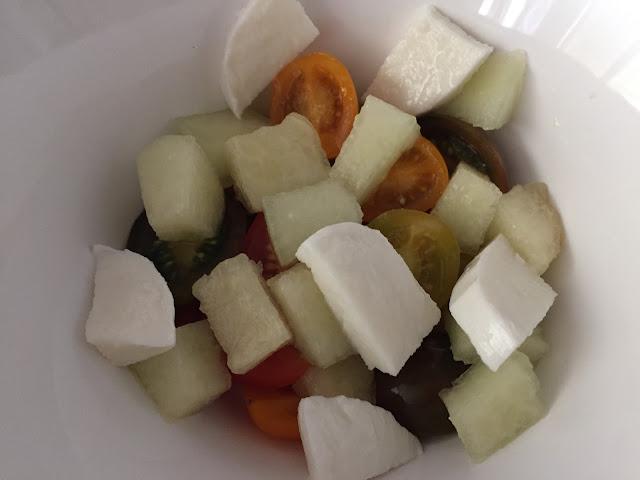 Ensalada de pasta con melón y mozzarella. Preparando la ensalada.