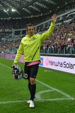 Alessandro Del Piero waves to Juventus fans