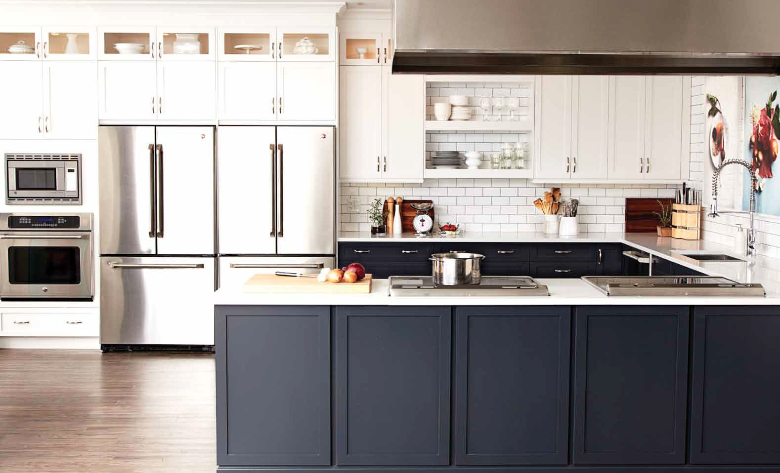 25 beautiful black and white kitchens the cottage market for Kitchen black cupboards