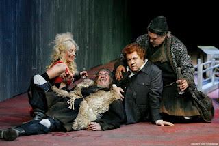 """Paulo Ferreira como """"Grijorij"""" com Stefanie Rhaue como """"Wirtin"""", Karsten Jesgarz como """"Missail"""" e Thomas Rettensteiner como"""" Warlaam"""" durante o 4º quadro da Ópera """"Boris Godunov"""" de M. Mussorgsky."""