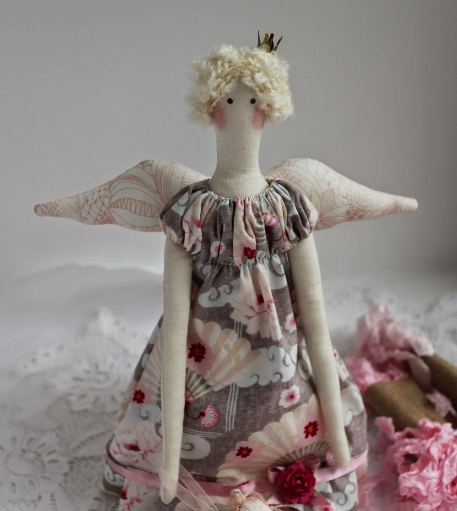 Тильда принцесса ангел с брошкой подвеской сердечко