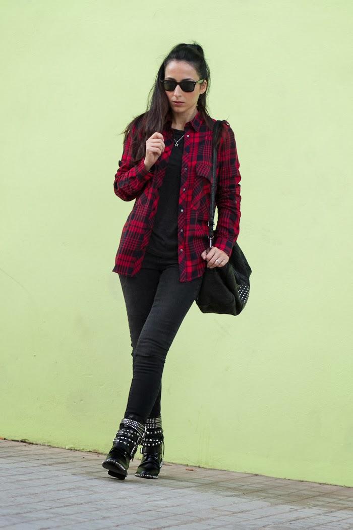 Blogger de Valencia con estilo rockero: camisa tartán roja y negra y jeans pitillo rotos