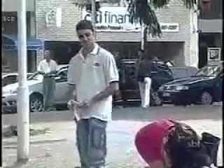 Mulher ousada provoca homens a apanhar moedas do chão (video)