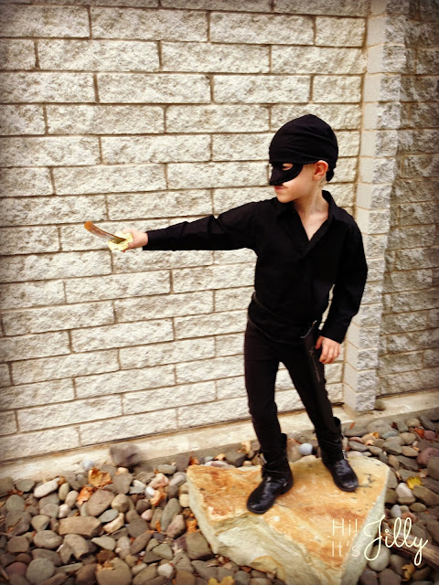 An easy DIY Dread Pirate Roberts Costume for all you Princess Bride fans out there! From Hi! It's Jilly. #halloween #costume #theprincessbride